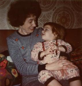 Judith als Kleinkind beim Lippenlesen mit Mutter